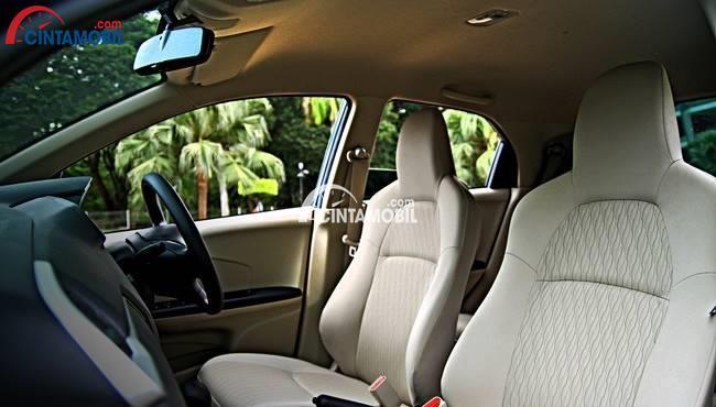 gambar kursi Honda Brio 2015 berwarna putih