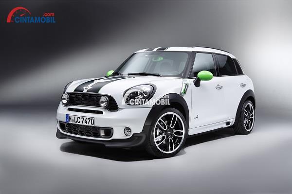 Mobil Mini berwarna putih yang sedang dipajang dengan background berwarna hitam