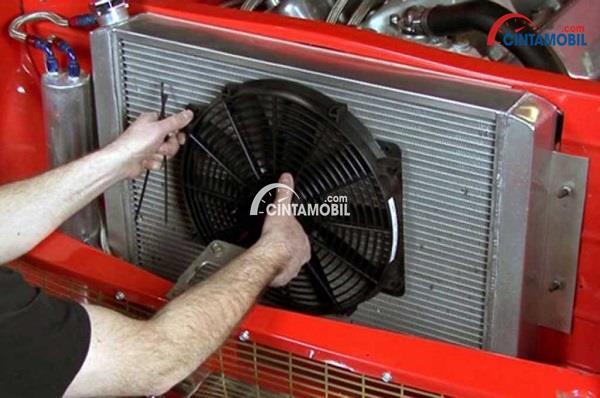 Bagian kondensor mesin dengan bagian luar berwarna merah