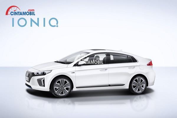 Mobil Hyundai Ioniq berwarna putih dengan latar belakang putih dan tulisan IONIQ di bagian kiri atas