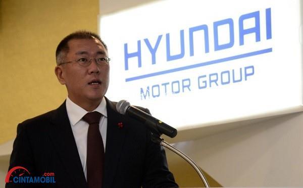Chung Eui-sun yang sedang berbicara dengan latar belakang tulisan Hyundai Motor