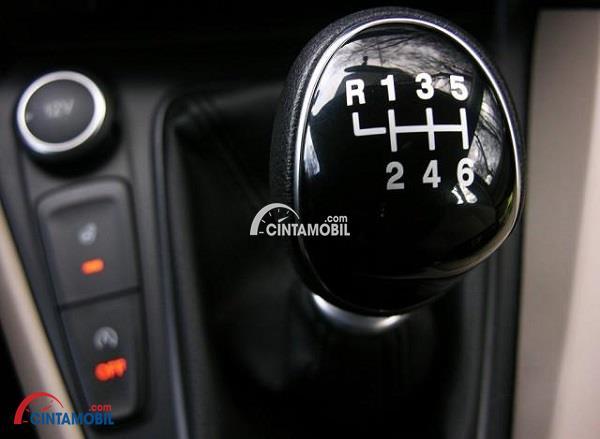 Gambar yang memperlihatkan kenop gigi pada mobil dengan 6 transmisi