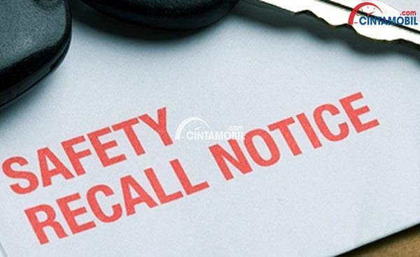 Gambar yang memperlihatkan sebuah kertas dengan tulisan Safety Recall Notice dengan kunci mobil berada di atas kertas tersebut