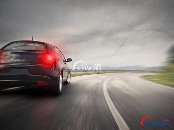 Gambar yang menunjukan mobil yang sedang melaju pada kecepatan tinggi dan sedang berbelok