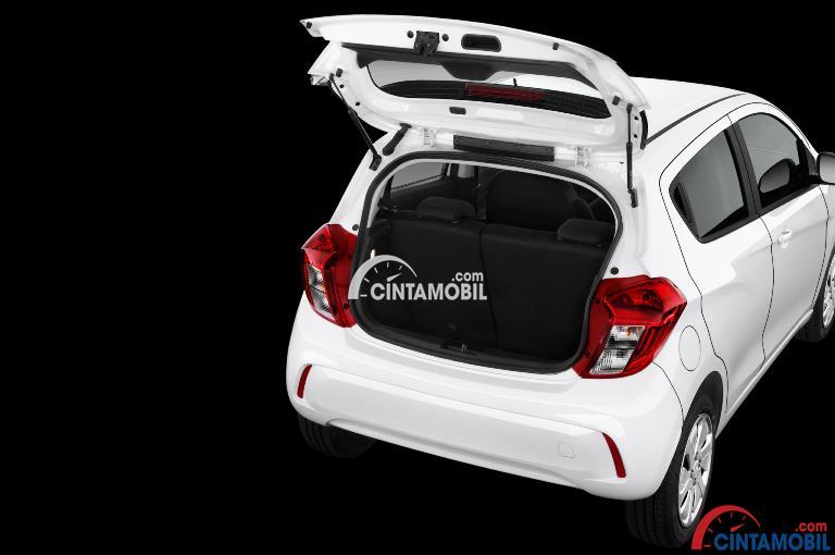 Gambar ruang bagasi mobil Chevrolet Spark 2017 Indonesia berwarna putih