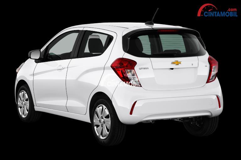 Gamabar mobil Chevrolet Spark 2017 berwanra putih dilihat dari sisi belakang