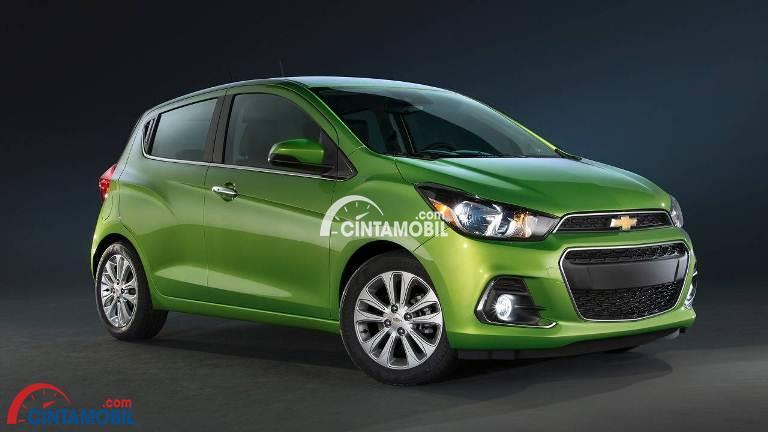 Gambar mobil Chevrolet Spark 2017 berwarna hijau dilihat dari sisi depan