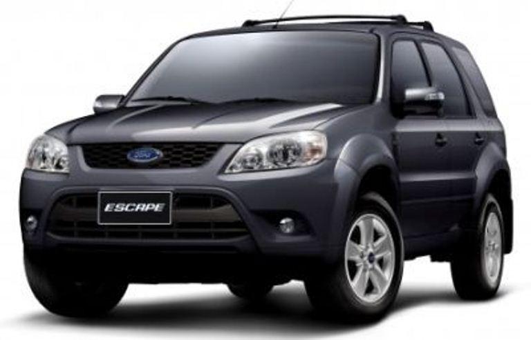 Gambar mobil Ford Escape 2010 berwarna abu-abu dilihat dari bagian depan