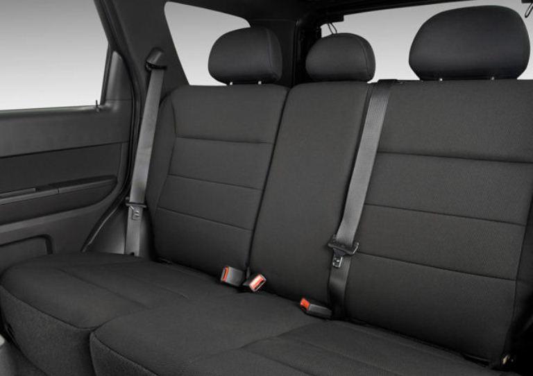 Bagian kursi mobil Ford Escape 2010 berwarna abu-abu hitam