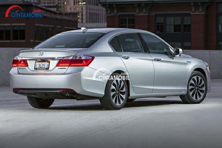 Gambar mobil Honda Accord 2014 berwarna silver dilihat dari sisi belakang