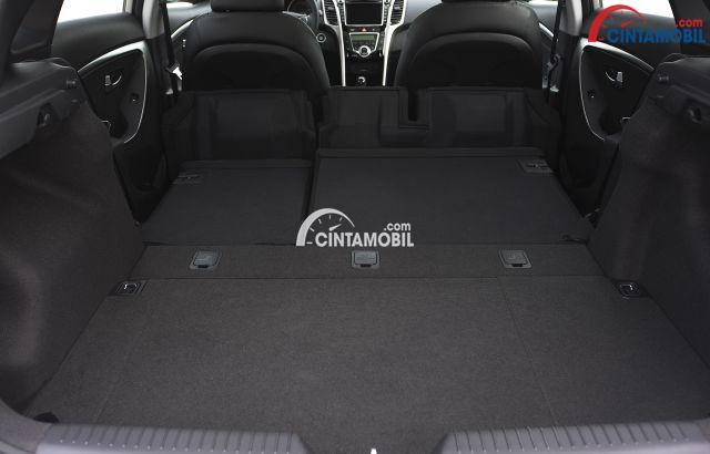 gambar bagasi Hyundai Avega 2013 ketika kursi baris kedua dilipat