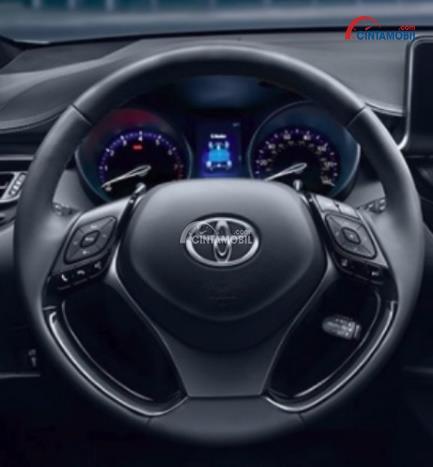 Gambar bagian setir mobil Toyota C-HR 2018 dengan lingkar kemudi ditutupi dengan kulit berwarna hitam