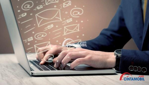 Ilustrasi pelanggan yang sedang mengetik pada laptop dengan banyak tanda email di layar