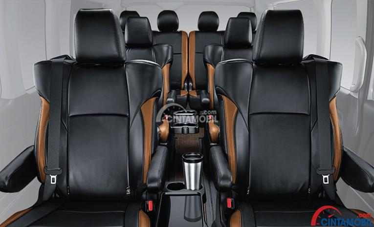 Gambar bagian interior Toytoa Hiace dengan kursi berwarna hitam