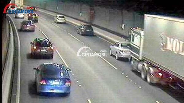 Gambar CCTV yang memperlihatkan kendaraan yang sedang melaju di dalam terowongan