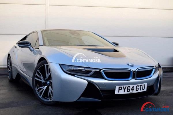Tampilan sporty mobil BMW i8 2015 berwarna biru langit yang dimiliki oleh Wayne Rooney