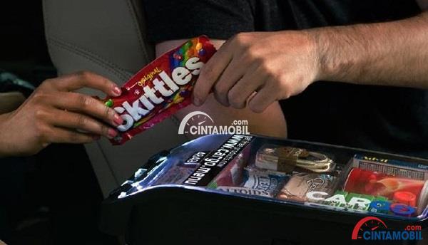 Gambar yang menunjukan tangan yang lebih besar memberikan snack pada tangan yang lebih kecil