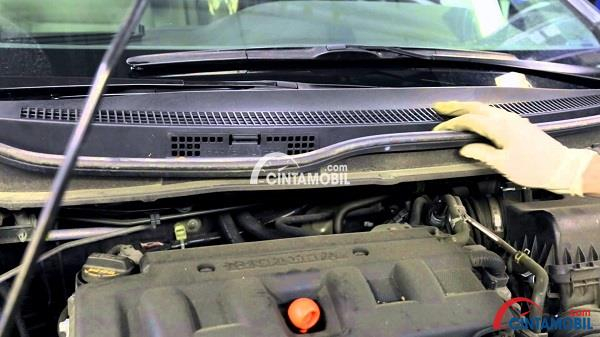 Gambar yang memperlihatkan bagian kap mesin mobil yang terbuka