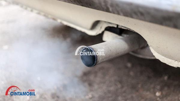 Gambar yang memperlihatkan knalpot pada mobil yang mengeluarkan asap