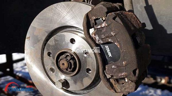 Gambar yang menunjukan bagian rem cakram yang ada pada bagian roda mobil