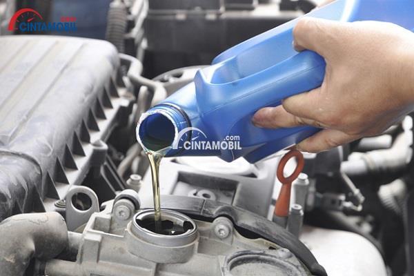 gambar yang menunjukan mesin yang dimasukan cairan seperti oli