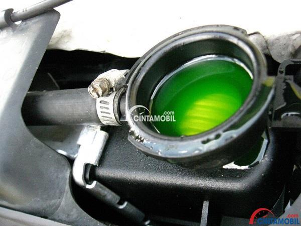 Cairan pendingin berwarna hijau yang ada pada sistem pendingin