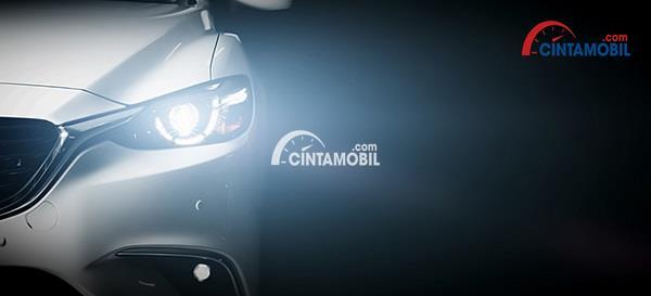 Gambar yang memperlihatkan lampu depan mobil di bagian sebelah kiri
