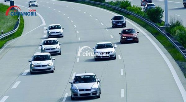 Gambar yang memeprlihatkan mobil yang melaju dengan jarak yang lumayan jauh