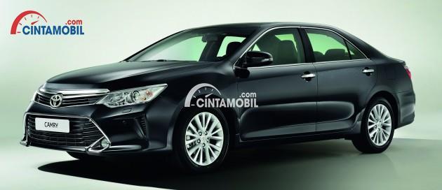 gambar bagian samping Toyota Camry 2016 berwarna hitam