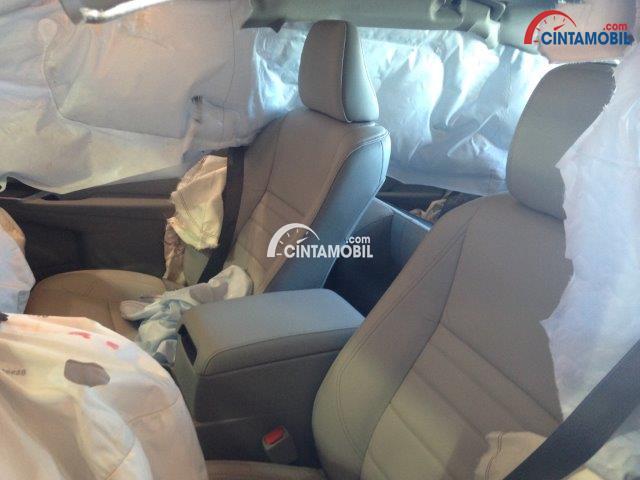 gambar airbag Toyota Camry 2016 yang keluar dari kabin mobil