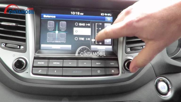 Panel multimedia di bagian dashboard mobil Hyundai Tucson 2017
