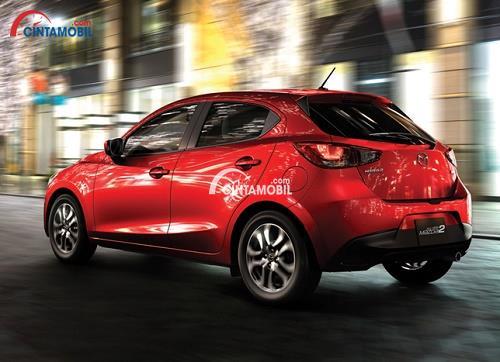 Gambar mobil Mazda 2 2017 berwarna merah dilihat dari sisi belakang