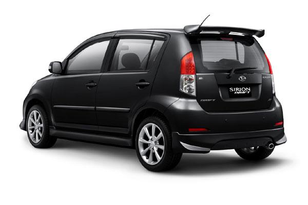 Mobil Daihatsu Sirion 2013 berwarna hitam dilihat dari sisi samping