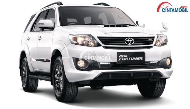 gambar bagian depan Toyota Fortuner 2015