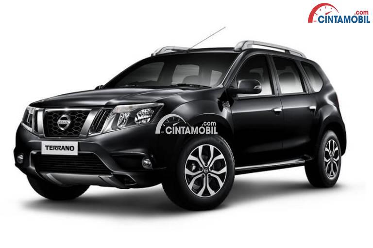 Gambar mobil Nissan Terrano 2017 berwarna hitam dilihat dari sisi depan