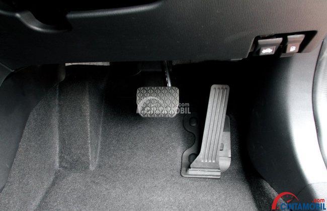 gambar pedal rem dan pedal gas di mobil bertransmisi otomatis