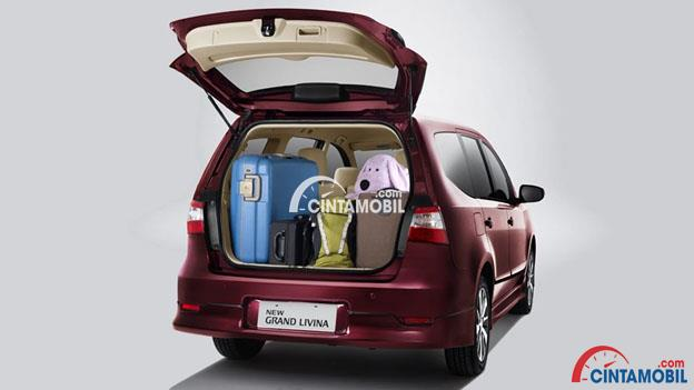 Gambar mobil Nissan Grand Livina 201 berwarna merah dengan ruang Bagasi terbuka