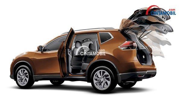 Gambar mobil Nissan XTrail 2017 dengan ruang bagasi terbuka