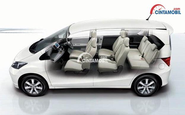 Gambar interior mobil Honda Freed 2016 dengan ruang kabin yang lega