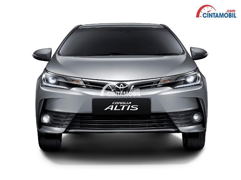 Gambar mobil Toyota Corolla ALtis berwarna abu-abu dilihat dari sisi depan