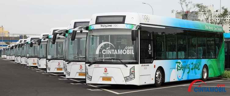 Gambar yang menunjukan deretan bus listrik yang digunakan untuk transportasi pada gelaran Olimpiade Beijing tahun 2008