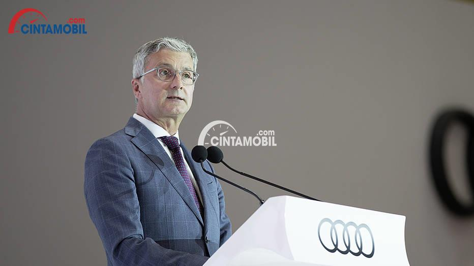 Gambar yang menunjukan CEO Audi saat ini, Rupert Stadler yang sedang berbicara di podium
