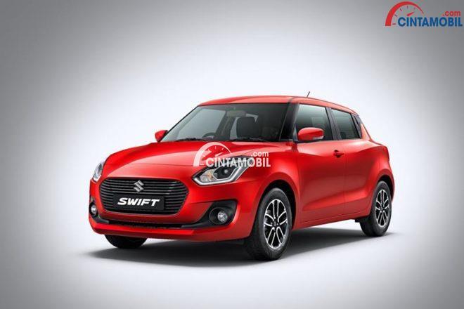 Gambar yang memperlihatkan Suzuki Swift 2018 berwarna merah dengan latar belakang berwarna putih