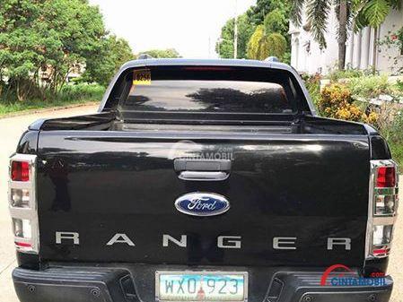 Gambar mobil Ford Ranger 2013 berwarna hitam dilihat dari sisi belakang