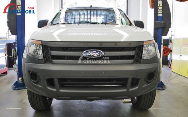 Gambar mobil Ford Ranger 2013 dilihat dari bagain depan