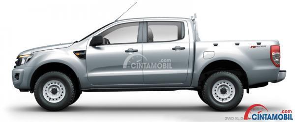 Gambar mobil Ford Ranger 2013 berwarna silver dilihat dari sisi samping