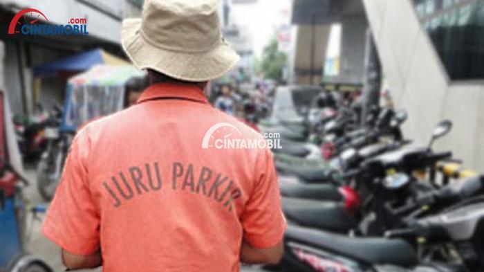 Gambar yang menunjukan seorang bapak yang sedang memakai baju kuning bertuliskan juru parkir