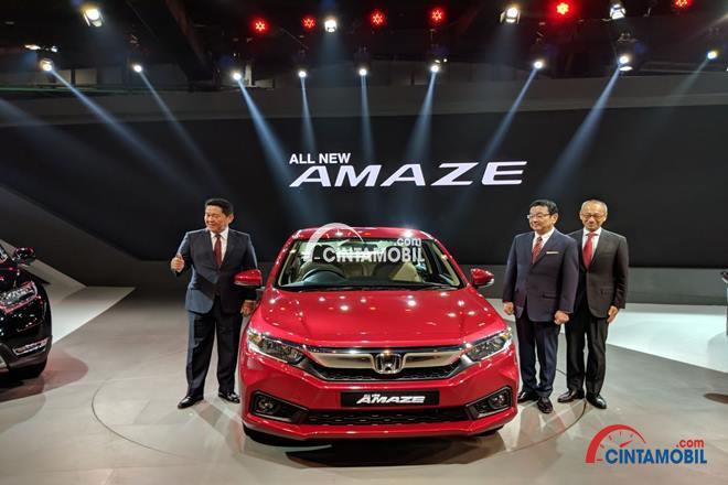 Gambar yang menunjukan para eksekutif Honda ketika memperkenalkan Honda Amaze pada gelaran Auto Show 2018