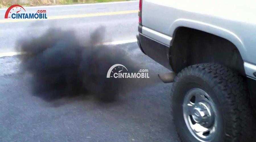 Gambar yang menunjukan asap berwarna hitam yang keluar dari knalpot mobil