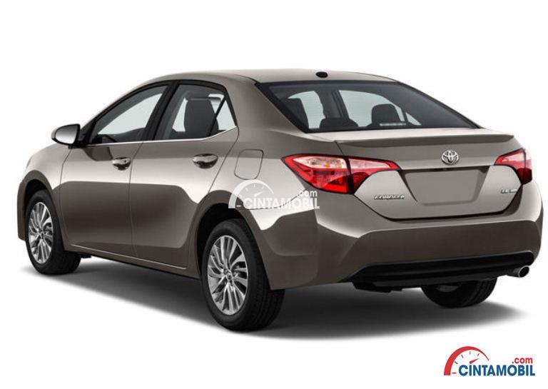 Gambar mobil Toyota Corolla 2017 berwarna coklat dilihat dari sisi belakang